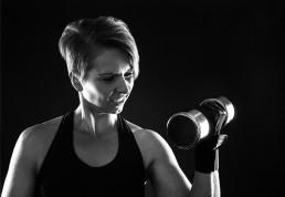Pige som træner med håndvægte