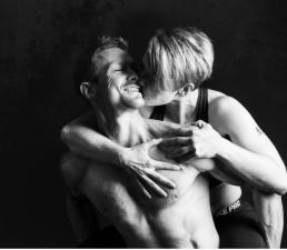 Ungt par kysser hinanden efter træning