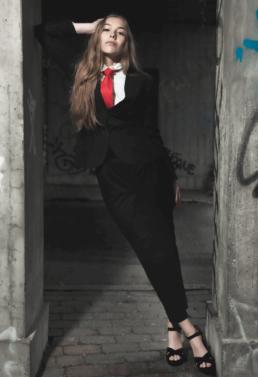 Fotoshoot med model på lokation. Habit og rødt slips