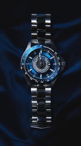 Herreur i blå og sølv i metal sølv farvet på blå velur baggrund som produktfotografi